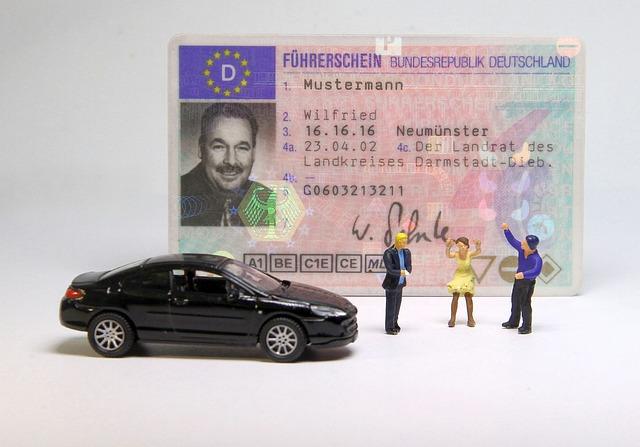 řidičský průkaz a miniaturní figurky