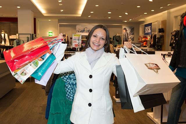 nadšená nakupující žena